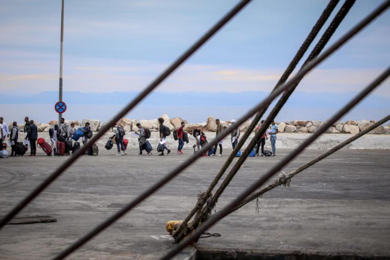 Αναχώρησαν από την Μυτιλήνη 104 μετανάστες που αιτούνται άσυλο | Newsit.gr