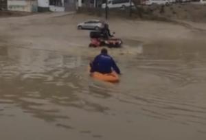 Μύκονος: Με κανό στους πλημμυρισμένους δρόμους – Η απόφαση υπαλλήλου που «ρίχνει» το διαδίκτυο – video