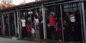 Μόρια: Αστυνομικός σε ηλικιωμένη πρόσφυγα: «Άι γ@μήσου, σκατόγρια! Θα σου το βάλω στον κ@λο» – video