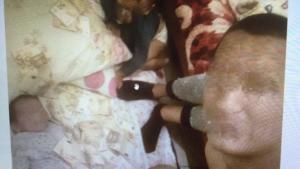 Κρήτη: Σκέπαζε το μωρό του με τα κλεμμένα χαρτονομίσματα και έβγαζε selfies! [pics]