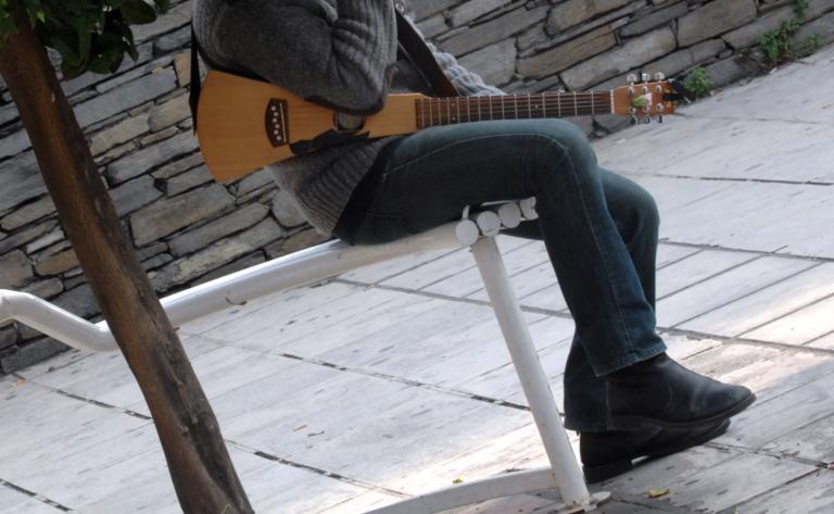 Σάλος από τη σύλληψη μουσικού δρόμου για επαιτεία – Διοργανώνεται διαμαρτυρία | Newsit.gr