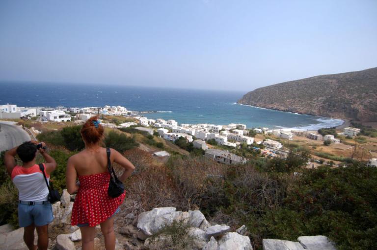 Νάξος: Οι τουρίστες από την Αυστρία δεν θέλουν κοντά τους «απένταρα σκουλήκια από την Ελλάδα» – Χαμός στο νησί!