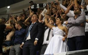 Στο γήπεδο με το νυφικό! Νεόνυμφοι έσυραν το… χορό των συνθημάτων – video