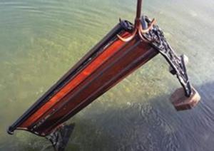 Αμφιλοχία: Περίεργο «χόμπι» αγνώστων – Πετούν στη θάλασσα… παγκάκια! [pics]
