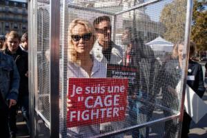 """Σε """"κλουβί"""" η Πάμελα Άντερσον για να καταγγείλει τον βασανισμό των ζώων"""