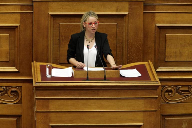Κοζάνη: Έξαλλη η βουλευτής Τρικάλων διαψεύδει πως πήρε δασκάλα δημοτικού στο γραφείο της! | Newsit.gr