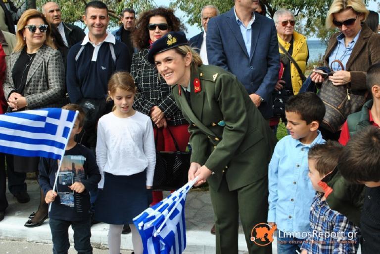 Λήμνος: Το μήνυμα στου Στρατού στη Μύρινα – Τι μοίρασε στον κόσμο που βρέθηκε στην παρέλαση [pics] | Newsit.gr