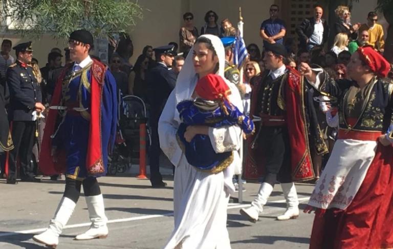 Χανιά: Με παραδοσιακή φορεσιά και ένα μωρό στην αγκαλιά τράβηξε τα βλέμματα στην παρέλαση [pics] | Newsit.gr
