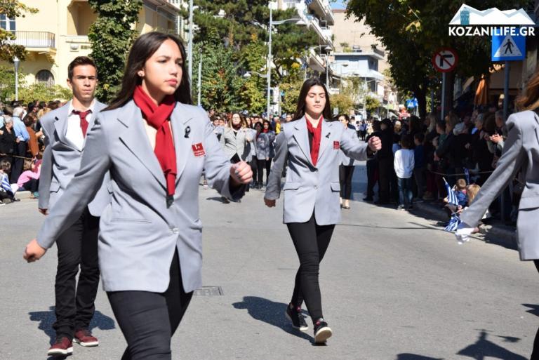 Κοζάνη: Η λεπτομέρεια στις στολές των μαθητών συγκίνησε τους πάντες – Η παρέλαση και τα στιγμιότυπα που συζητήθηκαν! | Newsit.gr