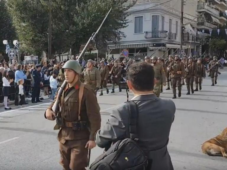 Κατερίνη: Έκαναν παρέλαση με τα αυθεντικά όπλα του 1940 – Το πέρασμα που μαγνήτισε τα βλέμματα όλων – video | Newsit.gr