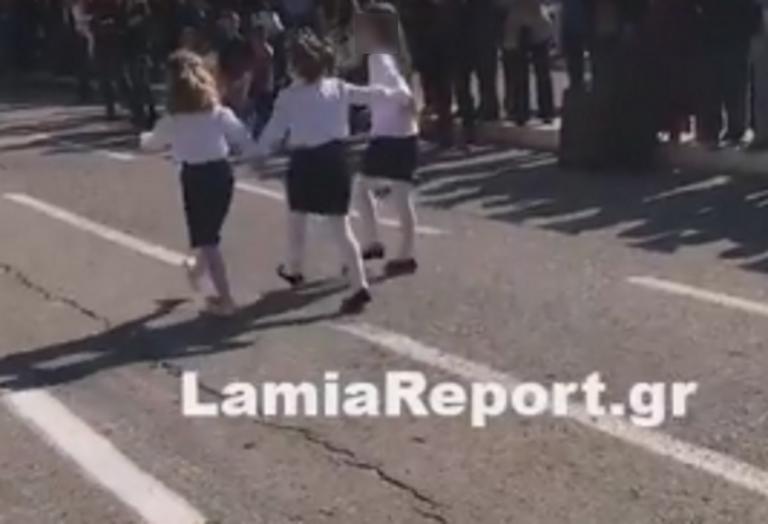 Φθιώτιδα: Συγκλόνισε η τυφλή μαθήτρια που έκανε παρέλαση με τη βοήθεια συμμαθητών της – Αποθέωση από τον κόσμο! | Newsit.gr