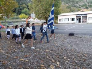 """Μια """"χούφτα"""" μαθητές σήκωσαν την Ελληνική σημαία στο Περδικάκι Αιτωλοακαρνανίας [pics]"""