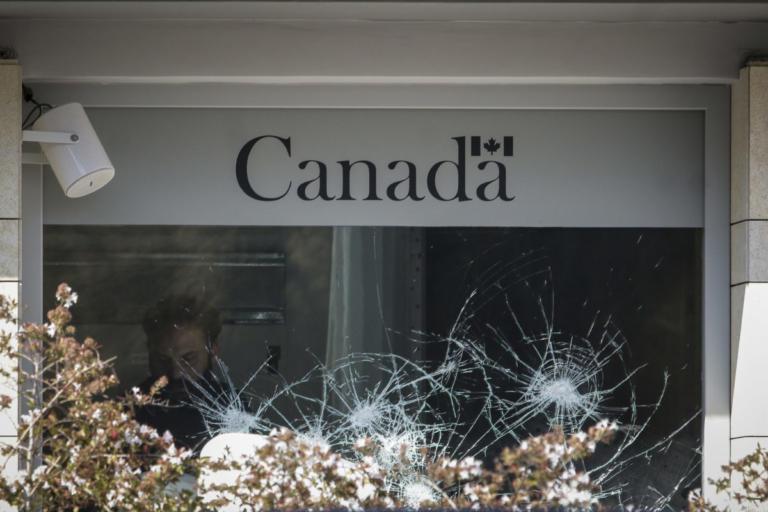 Επίθεση με βαριοπούλες και μπογιές στην πρεσβεία του Καναδά   Newsit.gr