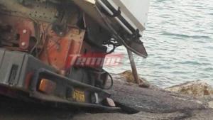 Πάτρα: Βούλιαξε στην άσφαλτο σκούπα του Δήμου! [pics]