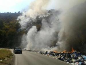 Κέρκυρα: Φωτιά στους λόφους από σκουπίδια στην Κουλούρα [pics]
