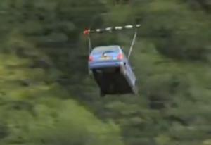 Απίστευτο! Μεταφέρουν αυτοκίνητο (!) και προμήθειες με ελικόπτερο μετά από κατολίσθηση! video, pics