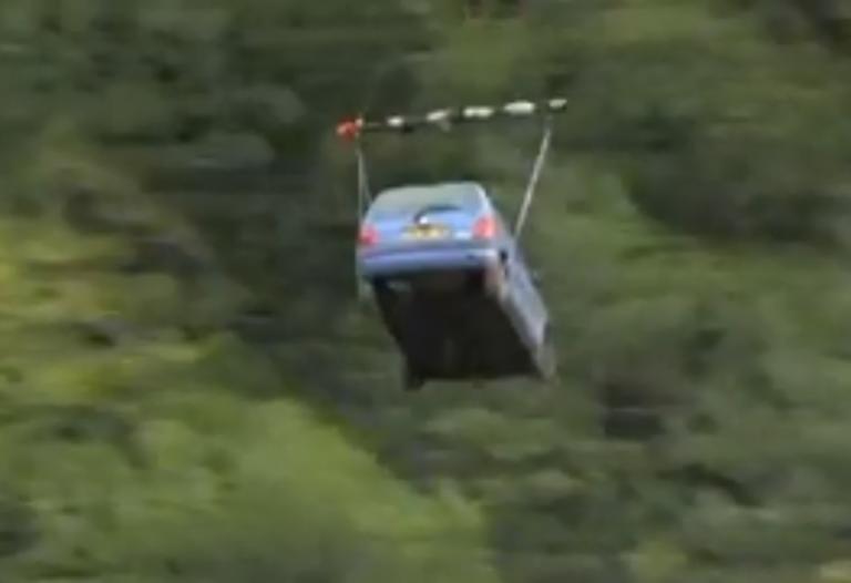 Απίστευτο! Μεταφέρουν αυτοκίνητο (!) και προμήθειες με ελικόπτερο μετά από κατολίσθηση! video, pics | Newsit.gr