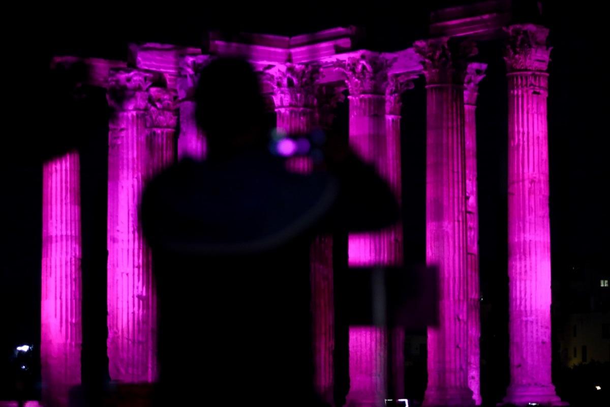 Οι Στύλοι του Ολυμπίου Διός… στα μωβ! | Newsit.gr