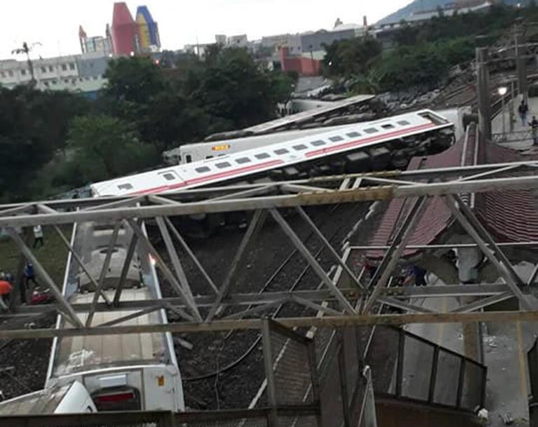 Ταιβάν: Σκηνές χάους από τον εκτροχιασμό τρένου – 18 νεκροί και 160 τραυματίες – video | Newsit.gr