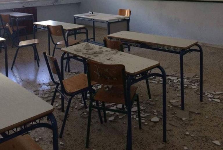 Γιάννενα: Σοβάδες από το ταβάνι στα θρανία μαθητών – Οι εικόνες που προβληματίζουν από το σχολείο [pics] | Newsit.gr