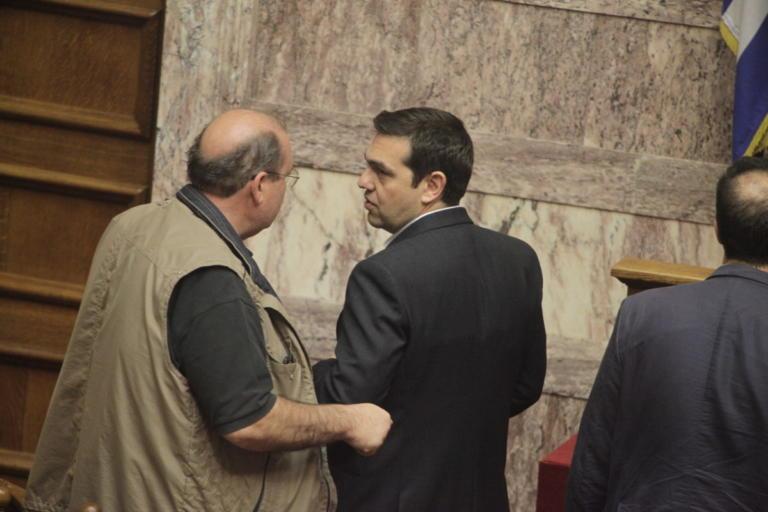 Αγκαλιά Τσίπρας και Φίλης – Η ατάκα που άφησε άφωνους τους δημοσιογράφους | Newsit.gr