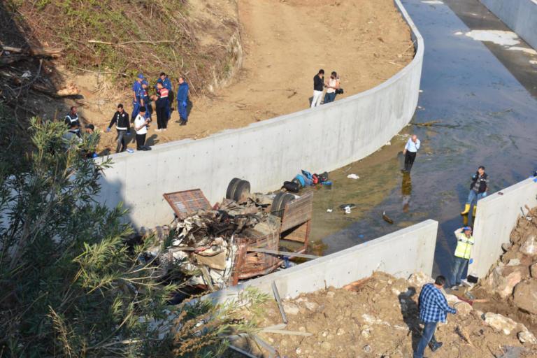 Ανείπωτη τραγωδία στην Τουρκία – Φορτηγό έπεσε σε αρδευτικό κανάλι, δεκάδες νεκροί | Newsit.gr