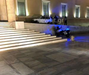 Βουλή: Η φωτογραφία της… ντροπής! Το Fiat Panda στο περιστύλιο [pics]