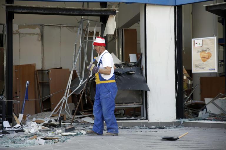 Επίθεση με βαριοπούλες στο όνομα του Ζακ Κωστόπουλου | Newsit.gr