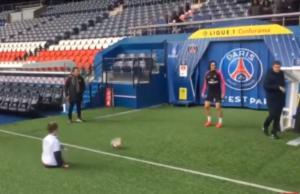 Συγκίνηση! Ο Καβάνι έπαιξε μπάλα με ένα παιδάκι χωρίς πόδια – video