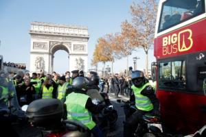 """Γαλλία – """"Κίτρινα Γιλέκα"""": Περίπου 2.000 συγκεντρώσεις διαμαρτυρίας για τα ακριβά καύσιμα – Μία νεκρή διαδηλώτρια! [pics]"""