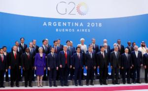 G20: Στην άκρη σαν… τιμωρημένος ο πρίγκιπας της Σ. Αραβίας στην «οικογενειακή φωτογραφία»