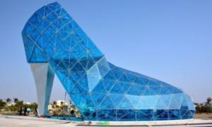 Γυάλινη Εκκλησία σε σχήμα… τακουνιού – Κι όμως υπάρχει!
