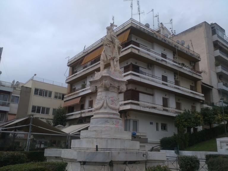 Λαμία: Έβαψαν ροζ το άγαλμα του Αθανάσιου Διάκου – Οργή για τις εικόνες που άφησαν πίσω [pics] | Newsit.gr