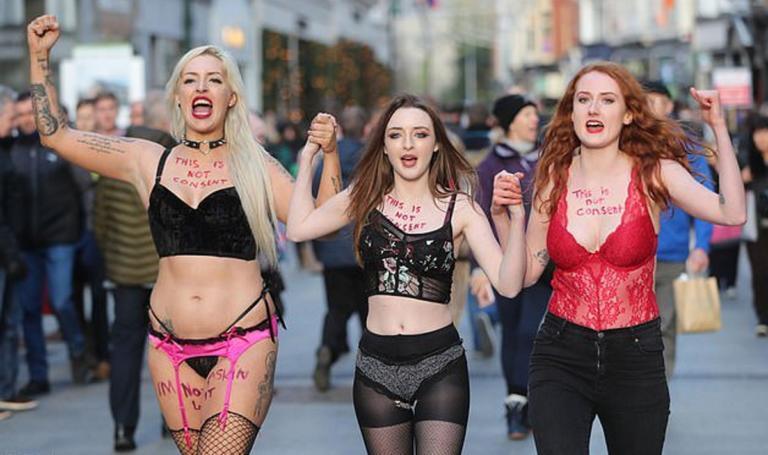 Γυναίκες βγήκαν ημίγυμνες στους δρόμους σε ένδειξη διαμαρτυρίας! [pics, Video] | Newsit.gr