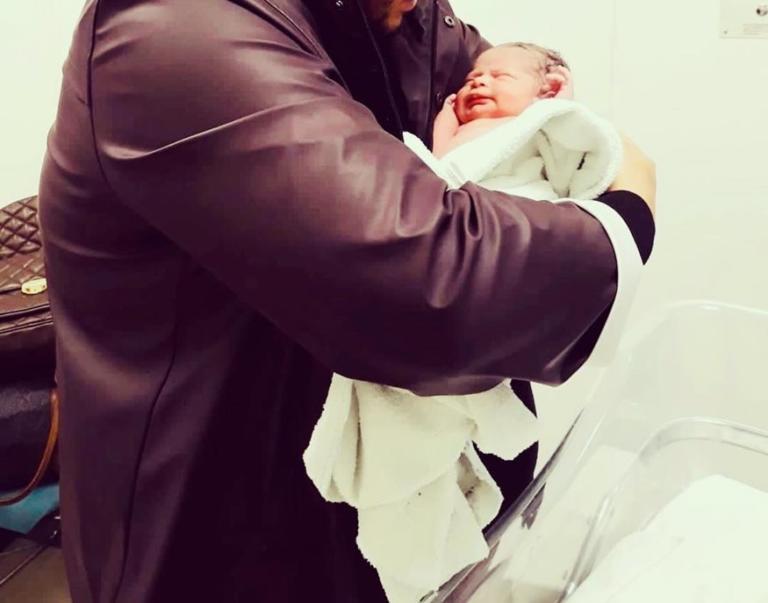 Νικητής ελληνικού ριάλιτι έγινε μπαμπάς για δεύτερη φορά – Η πρώτη φωτογραφία με τον νεογέννητο γιο του! | Newsit.gr