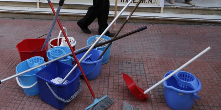 Θεσσαλονίκη: Μόνιμη εργασία, πλήρη ασφαλιστικά δικαιώματα και ένταξη στα ΒΑΕ ζητούν οι καθαρίστριες των σχολικών κτιρίων | Newsit.gr