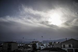 Καιρός: Λιακάδες αλλά και τοπικές ομίχλες με βροχές – Αναλυτική πρόγνωση