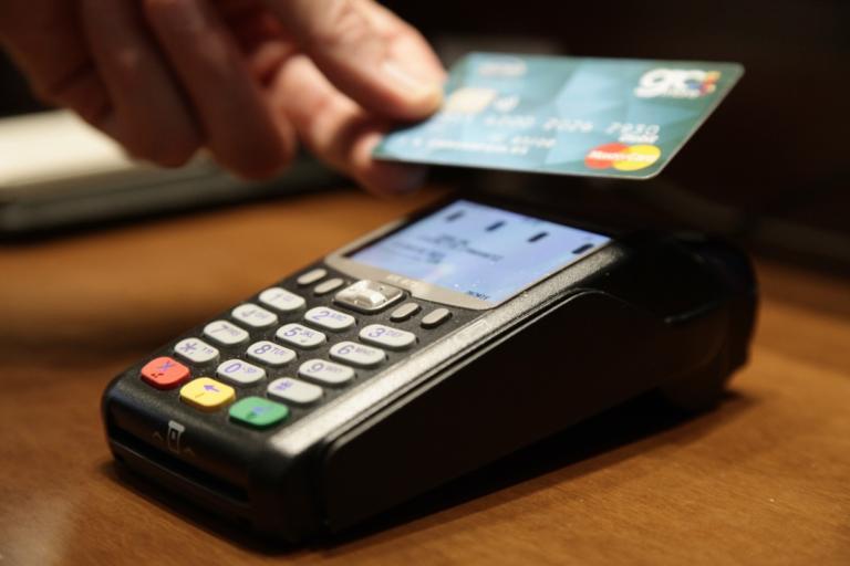 Ποιά επαγγέλματα μπορούν οριστικά να αμείβονται με κάρτα POS | Newsit.gr