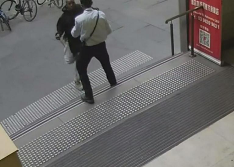 Η στιγμή που ο τζιχαντιστής της Μελβούρνης μαχαιρώνει έναν ανύποπτο φύλακα εμπορικού κέντρου! – Video