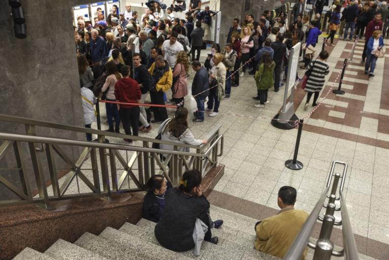 Καθυστερήσεις, ουρές και ταλαιπωρία στο Μετρό καταγγέλλουν οι επιβάτες | Newsit.gr