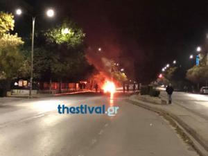 Θεσσαλονίκη: Φωτιές και οδοφράγματα έξω από την Πολυτεχνική Σχολή του ΑΠΘ [pics]