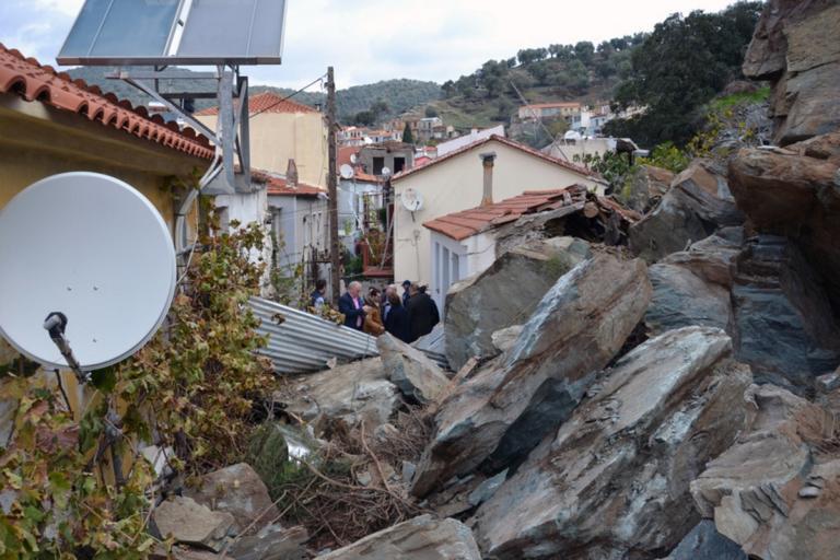 Στο Πλωμάρι ο Λέκκας για την κατολίσθηση – Ζημιές και ακατάλληλα σπίτια – Νέες εικόνες καταστροφής [pics] | Newsit.gr