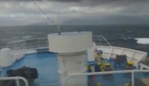 Καράβι παλεύει με θεόρατα κύματα στο στενό Τήνου – Μυκόνου – Video
