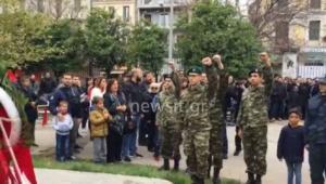 Στρατιώτες στο Πολυτεχνείο – Χαιρέτησαν με υψωμένη γροθιά