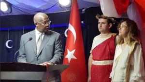 Η πρέσβειρα της Τουρκίας ντύθηκε «Ωραία Ελένη» και το πλήρωσε ακριβά! [pics]