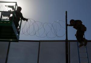 ΗΠΑ: Έφτασαν στη σύνορα με το Μεξικό οι πρώτοι μετανάστες – Συρματοπλέγματα βάζει ο στρατός