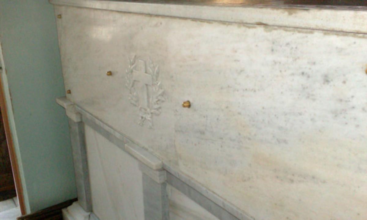 Συνταρακτικό: Πιστοί ακούν χτύπο στον τάφο του Αγίου Νεκταρίου | Newsit.gr