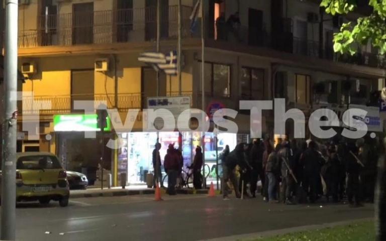Θεσσαλονίκη: Η στιγμή που αντιεξουσιαστές κατεβάζουν και σκίζουν την ελληνική σημαία – video | Newsit.gr