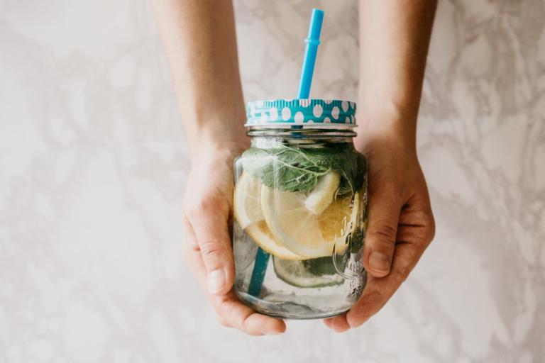 Αποτοξίνωση με εμπλουτισμένο νερό: Όλη η αλήθεια – Οφέλη και μύθοι | Newsit.gr