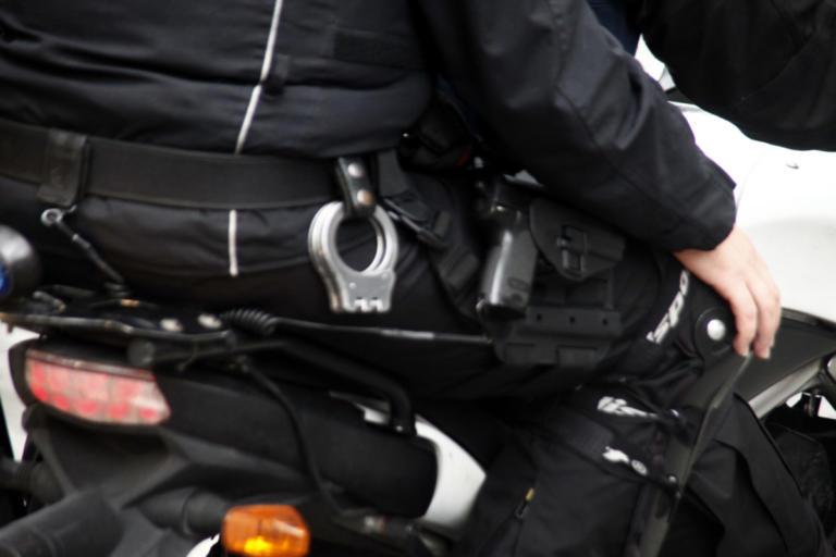 Ειδικοί Φρουροί: Απαράδεκτο να φιλιέται αστυνομικός κάτω από την ελληνική σημαία – Ζητούν παρέμβαση εισαγγελέα | Newsit.gr